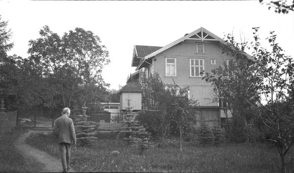 Edvard Munch fotografert utenfor sitt hus på Ekely en gang på 1920-tallet. Fotorafen er hans søster Inger Munch. Oslo Museum.