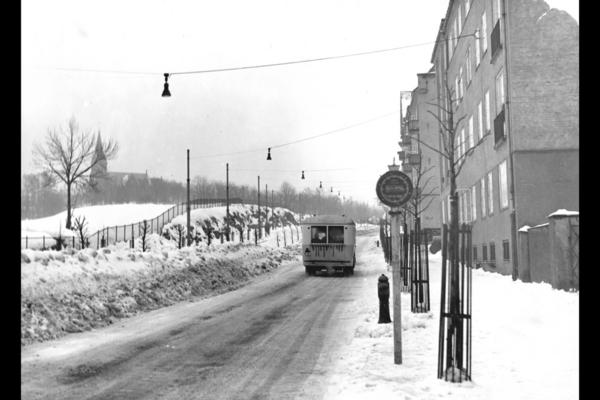 Grensen mellom Oslo og Aker gikk delvis langs Kirkeveien mellom 1878 og 1948. Bildet er fra 1934, før blokkene på Marienlyst ble oppført. Fotograf ukjent. Fra arkivet etter A/S Oslo Sporveier.