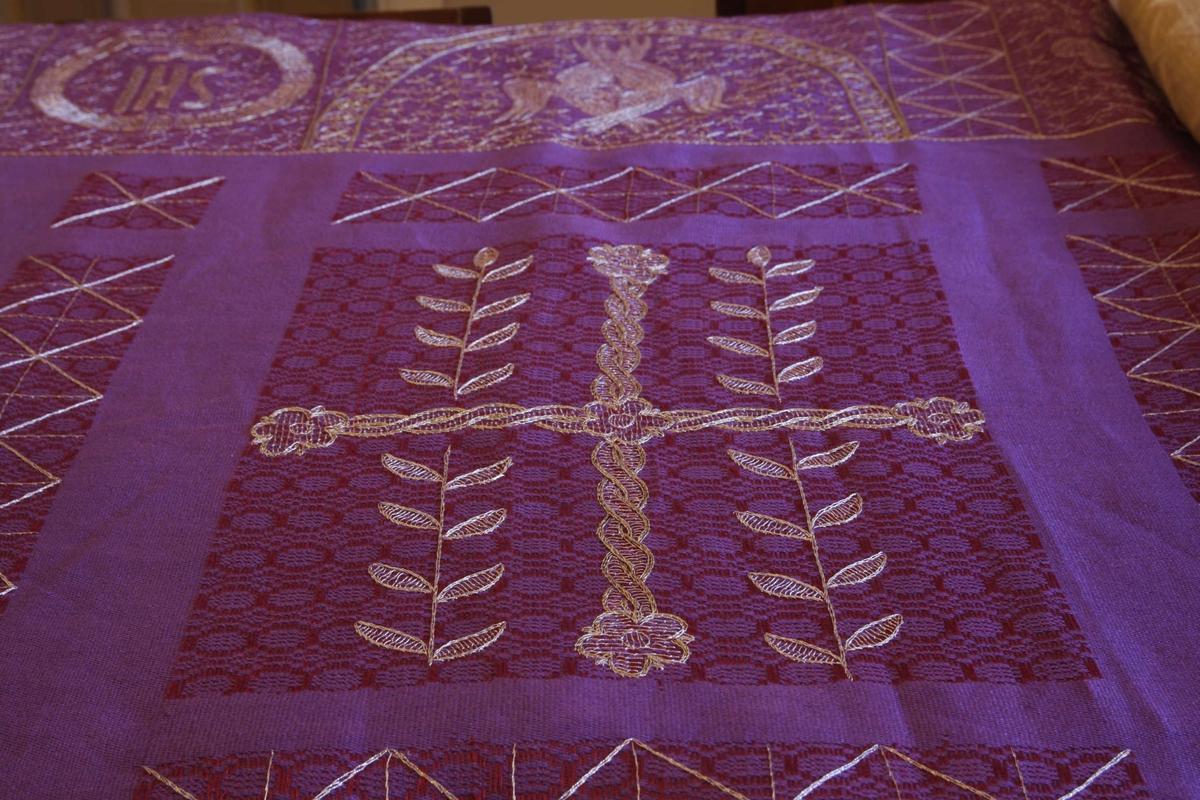 Detaljer fra påskegudstjenestene påsken 2008 i Kristiansand Domkirke. Detalj av lilla kirketekstil, laget av Borgny Farstad Svalastog. IHS-monogram (Kristusmonogram) øverst til venstre.