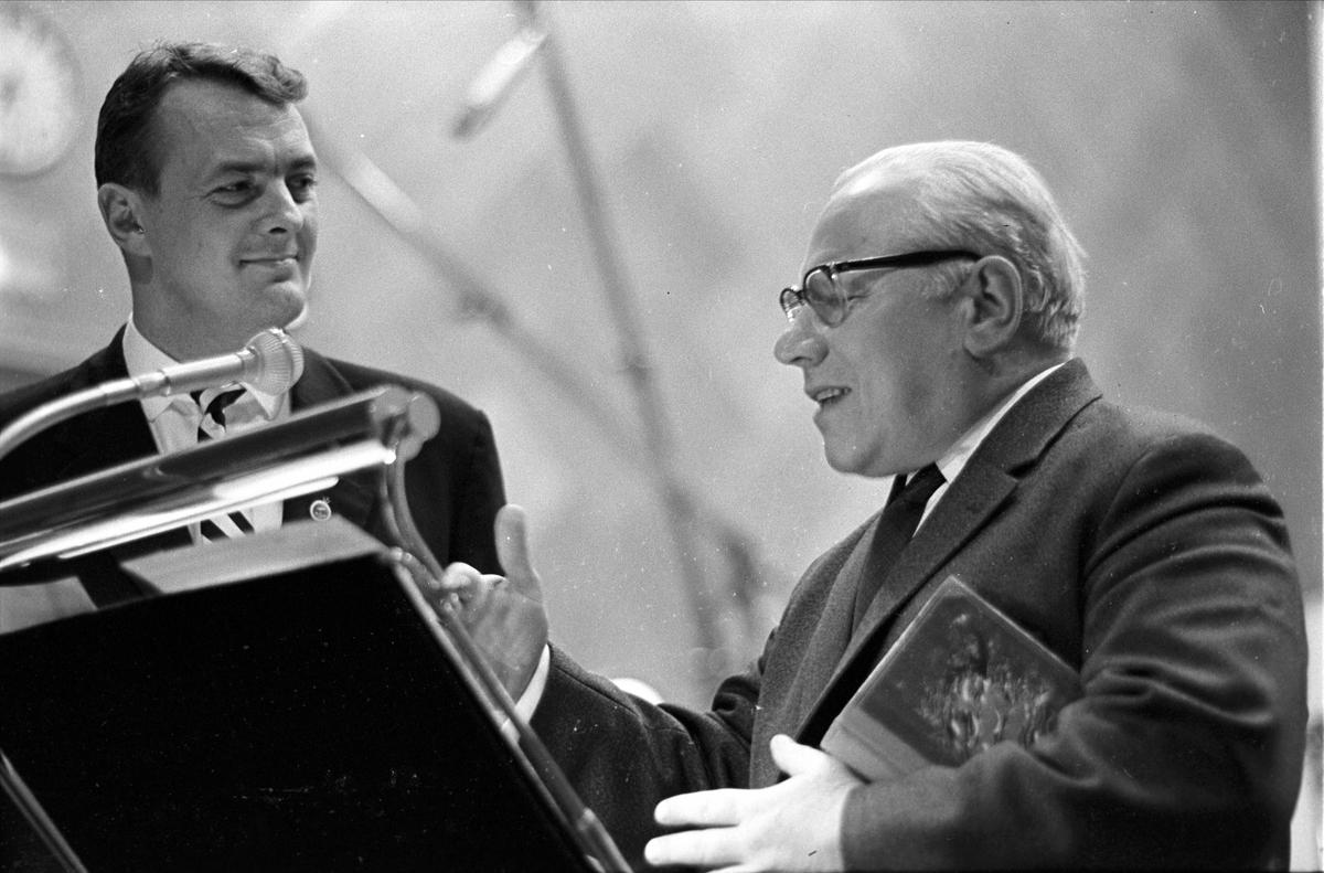 """Kringkastingens """"Vi går ombord"""", juleprogram, Oslo, 24.12.1962. Erik Bye snakker med Claes Gill."""