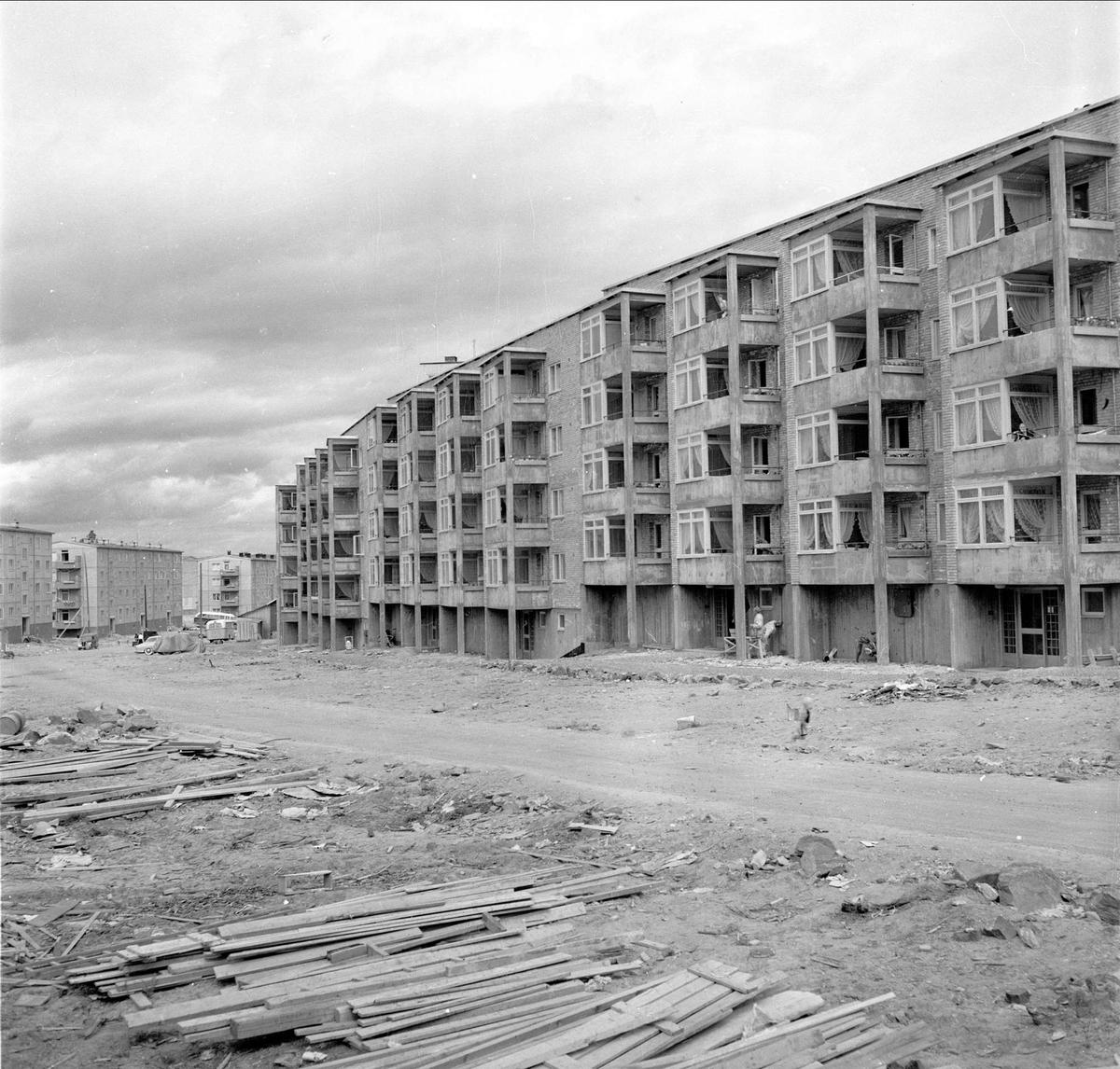 Bøler, Oslo, 03.06.1957. Byggefeltet. Boligblokker og vei.