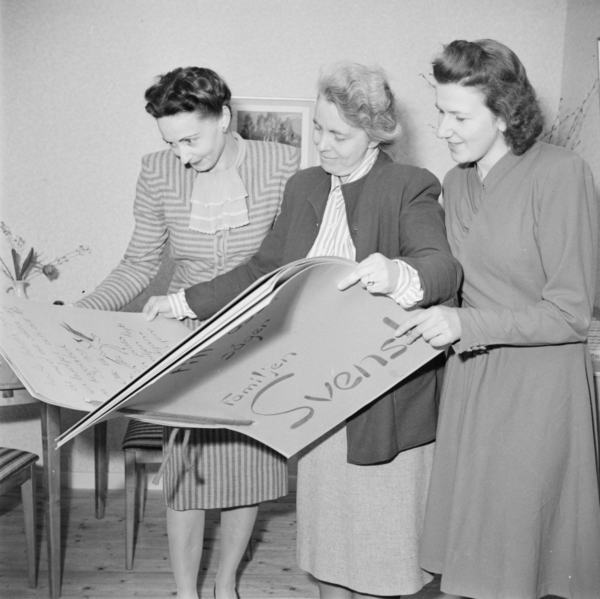 M Andersson, Hedvig Palmgren och E Eikeenfelt med utställningskatalog, heminredningsutställning på Gunstagatan, Uppsala april 1947
