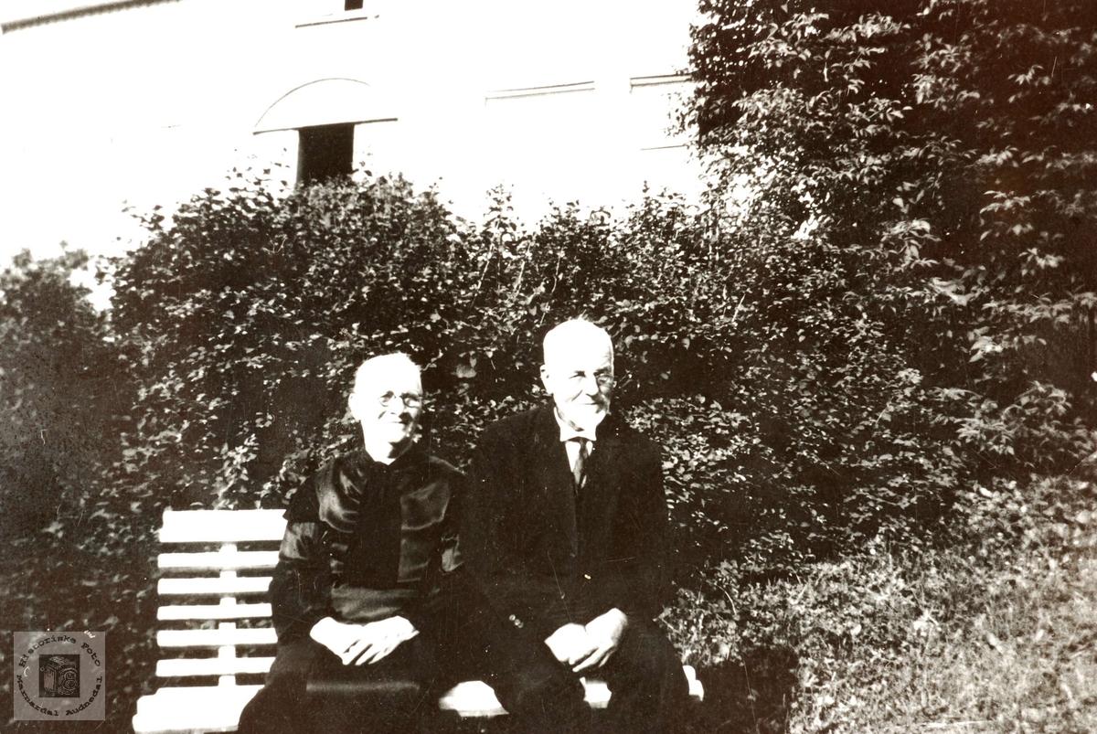 Eldre ektepar i hagen. Anna og Ole Leland, Grindheim.