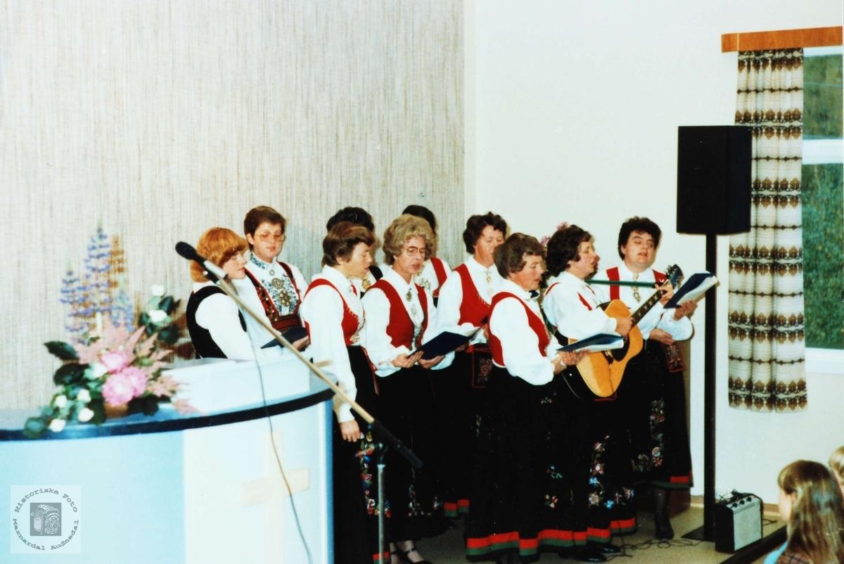 Byremo damekor syng ved bispevisitas på Byremo, Grindheim.