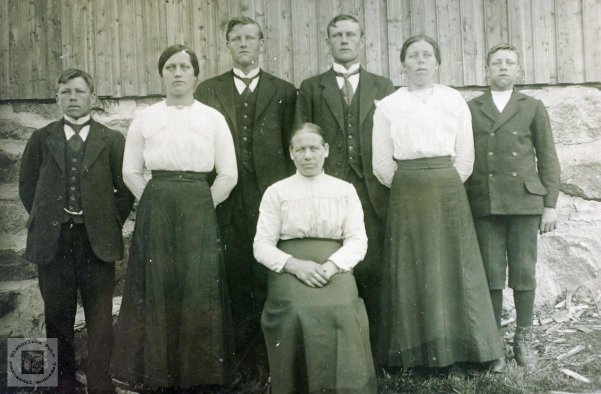 Åtte av barna i Bransdal sammen med mor.