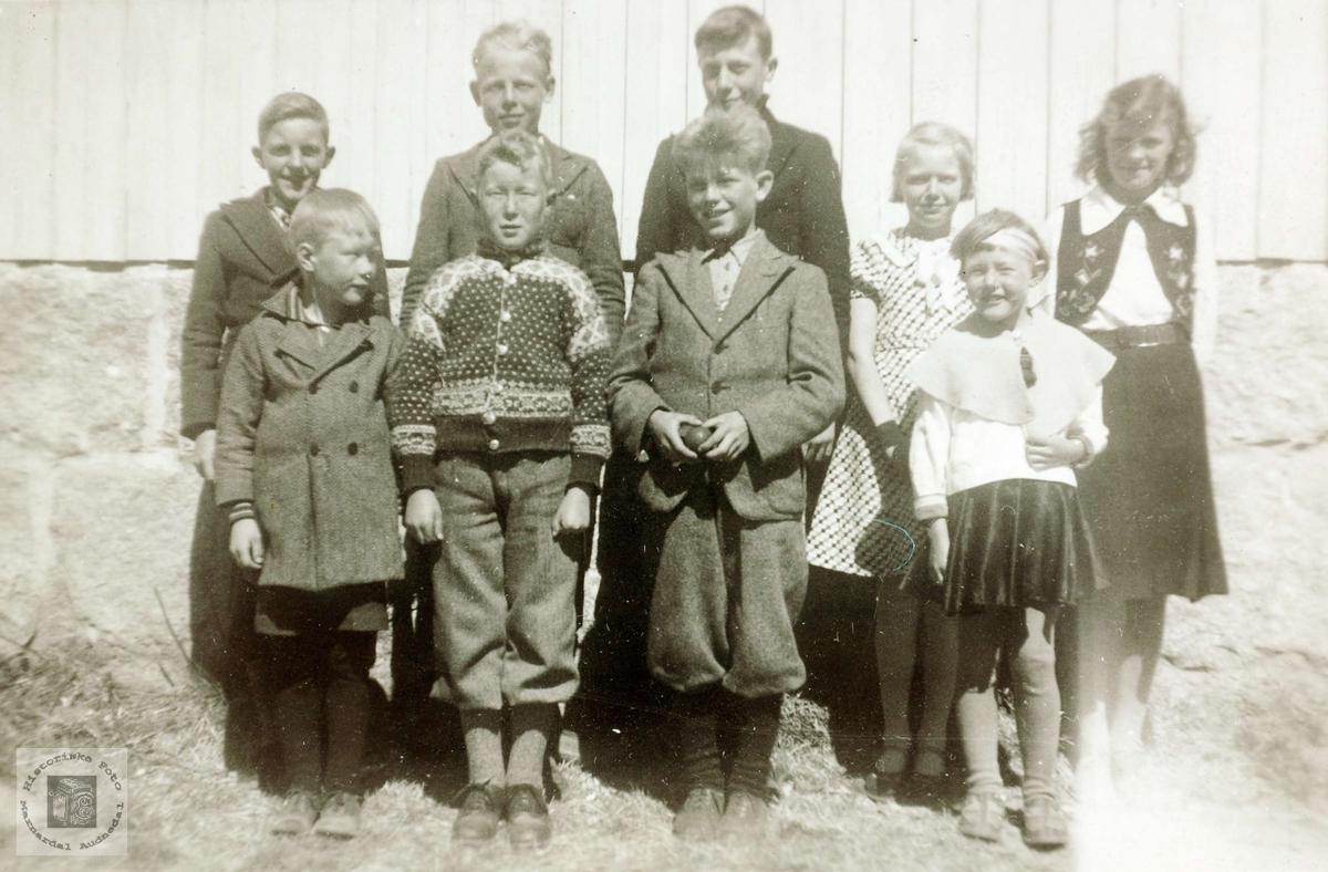Skolebarn utenfor Sveindal skolehus.