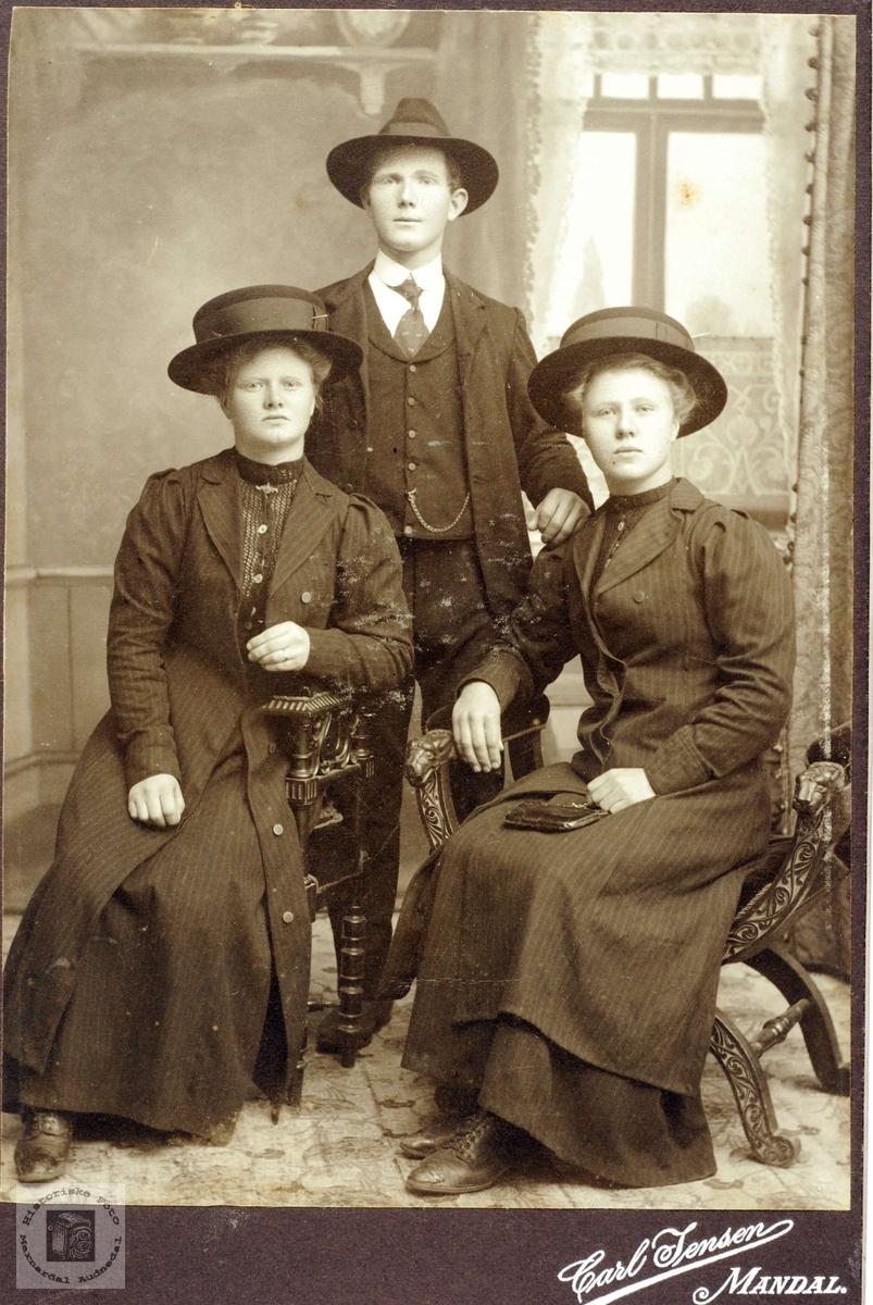Portrett av søsknene Fredrik, Tarjar gift Røyland og Kari Bransdal gift Flottorp. Grindheim Audnedal.