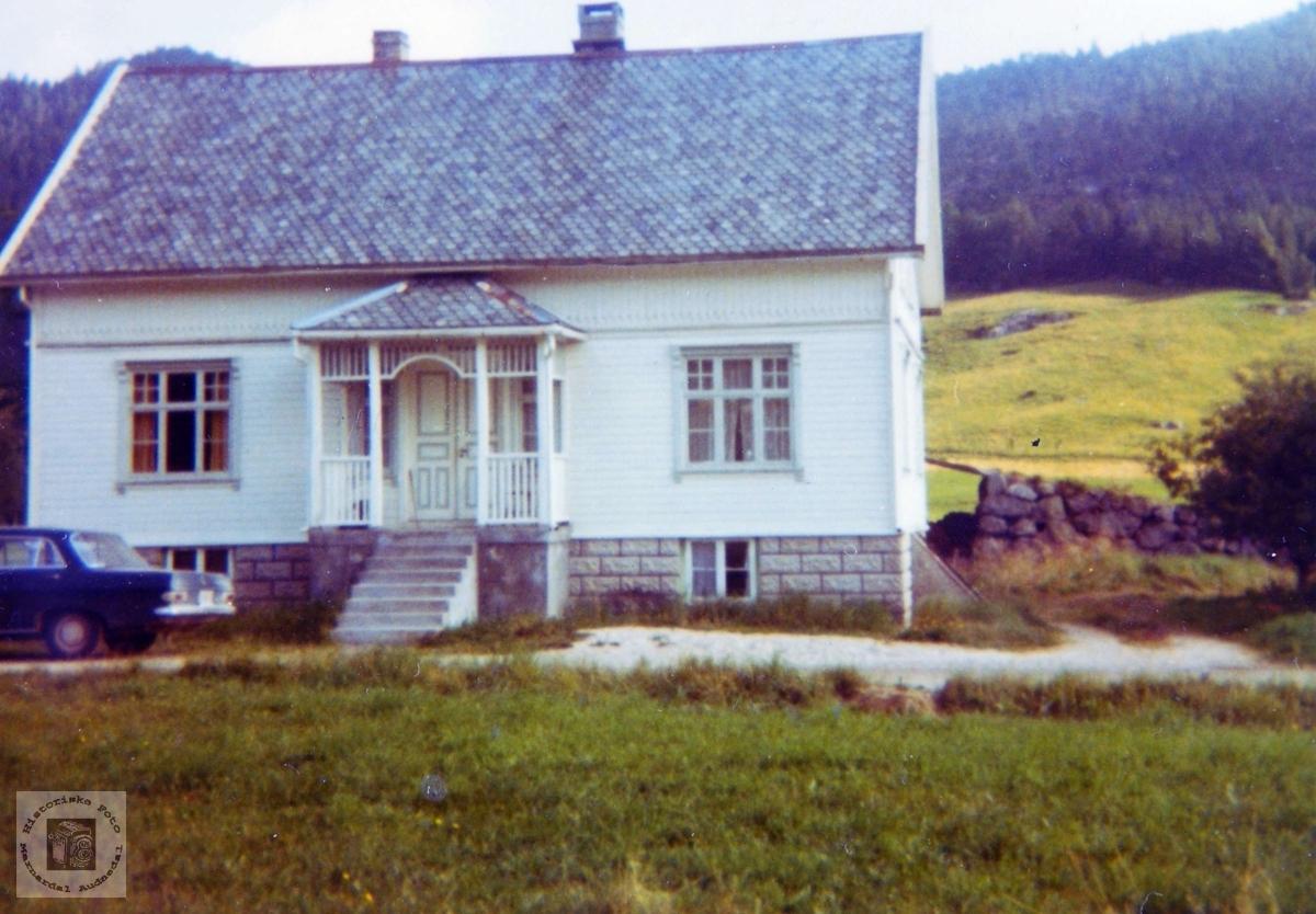 Heimen til Bertel Kvåle på Vårdal. Grindheim.