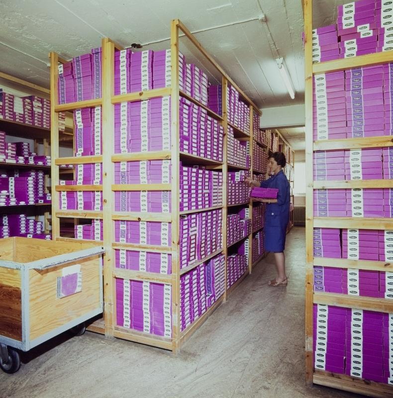 Lageret til Manufaktur-engros-avdelingen: arbeider finner fram varene
