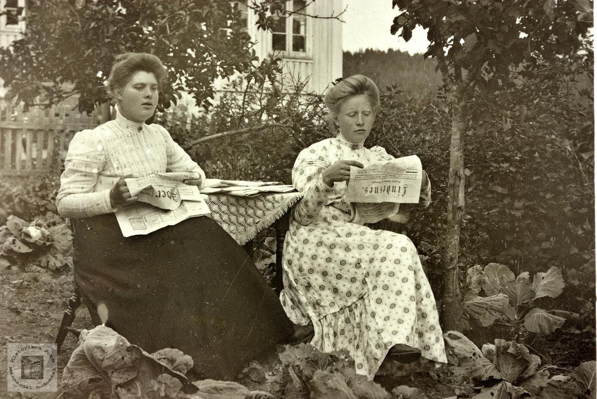 Venninner på Ubostad leser dagens avis. Grindheim.