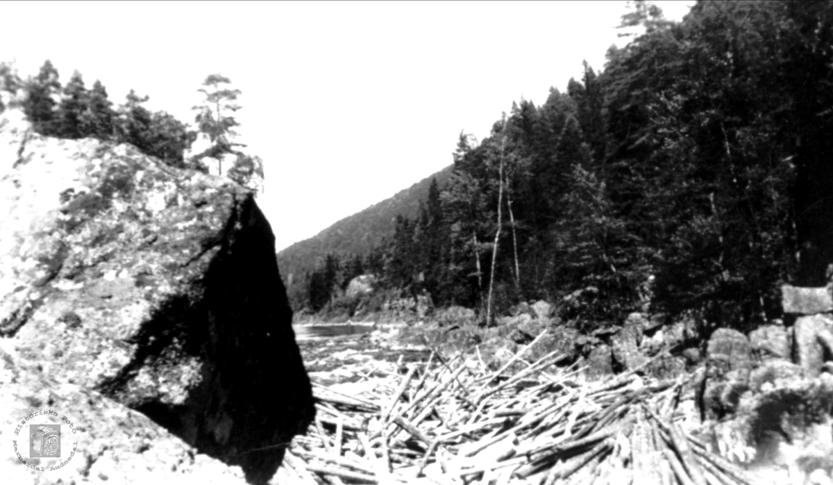 Fløyting i Mandalsåna - tømmerbrote i Sundsfossen i Bjelland.