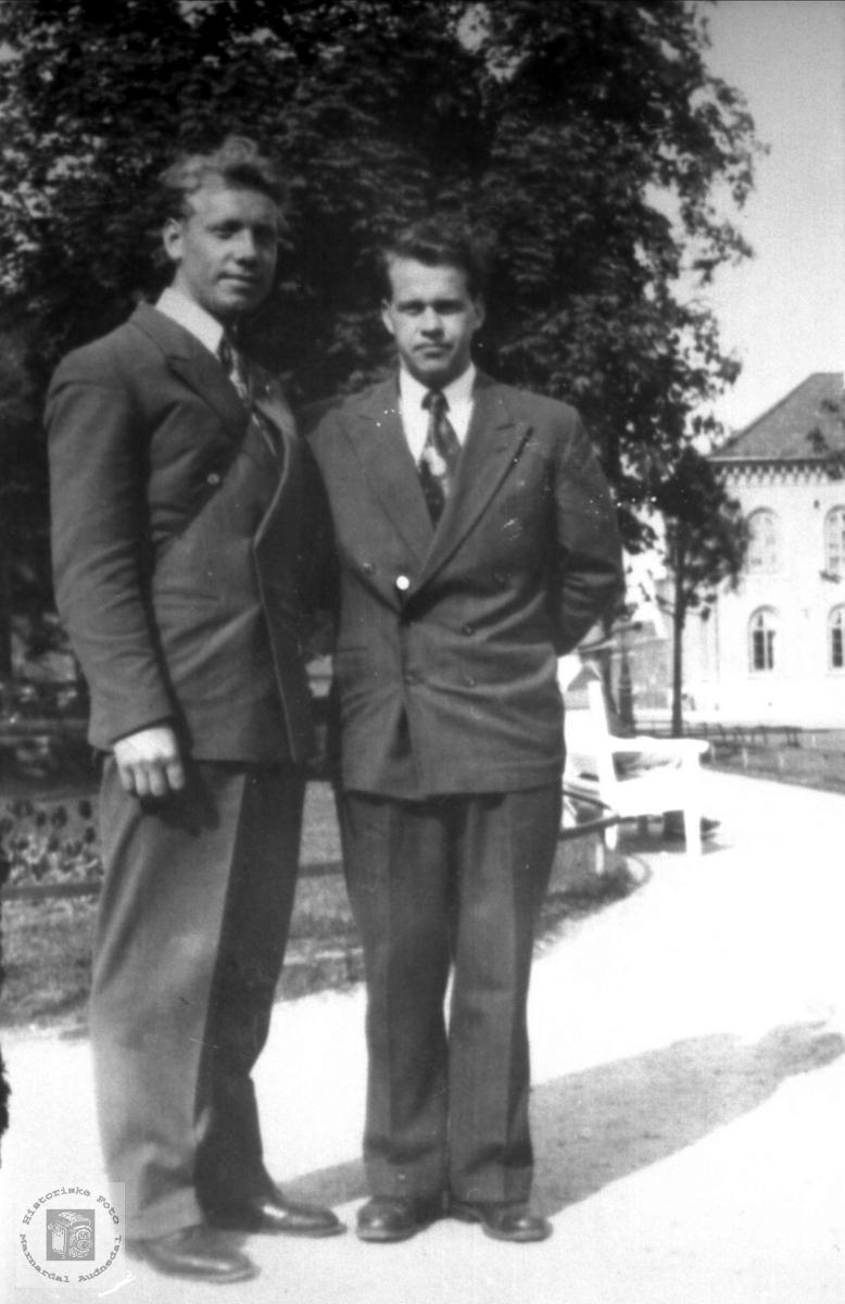 Portrett av to fettere fra Bjelland på byen i finstasen.