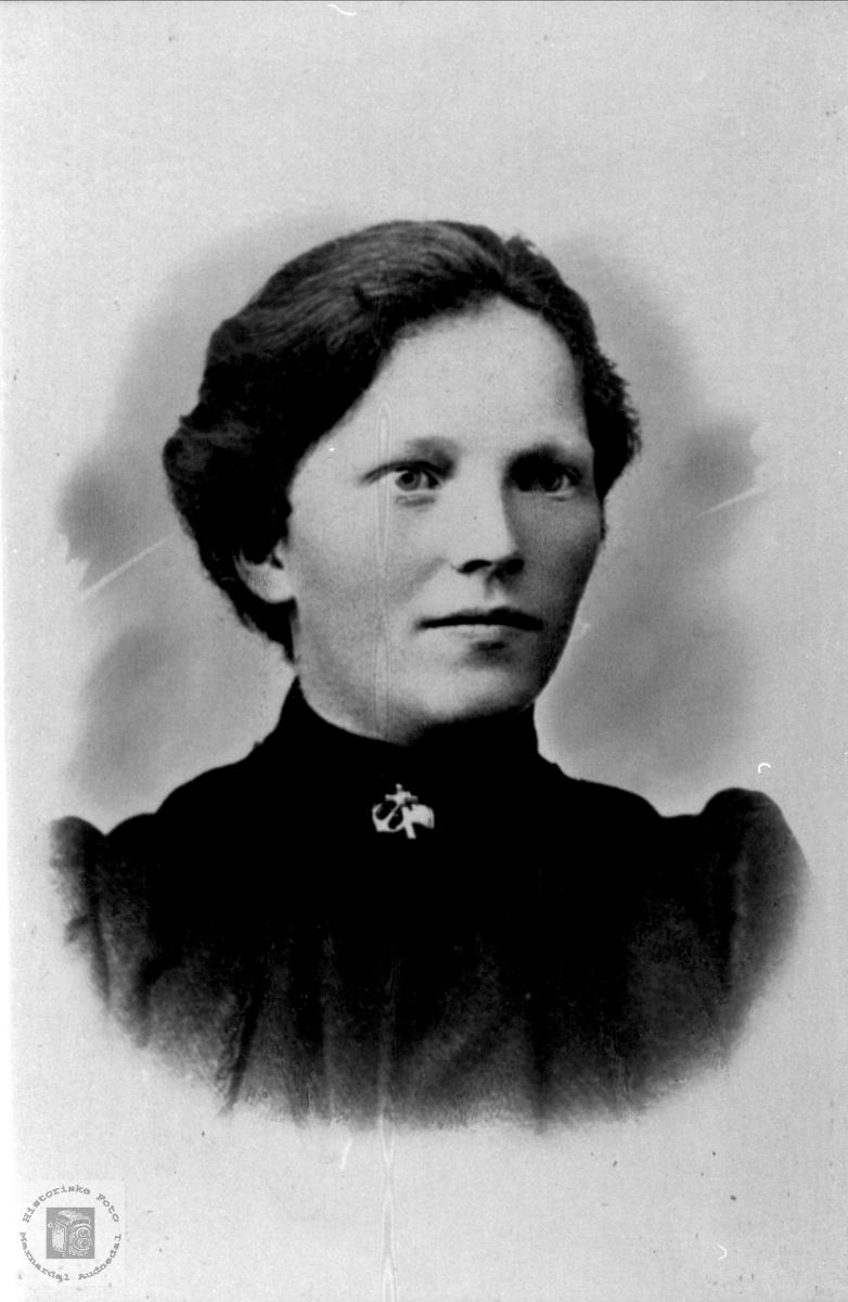Portrett av Olaug Kleven, gift Hønnelan, Laudal.