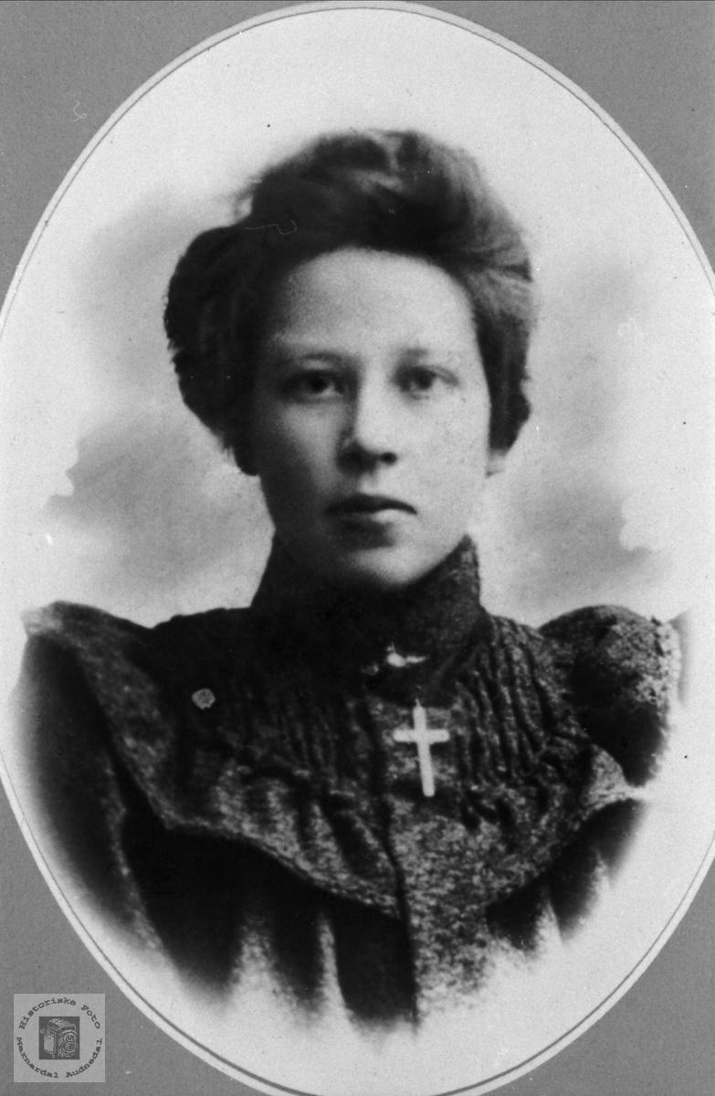 Portrett av Anne Tomine Sløgedal, Øyslebø.