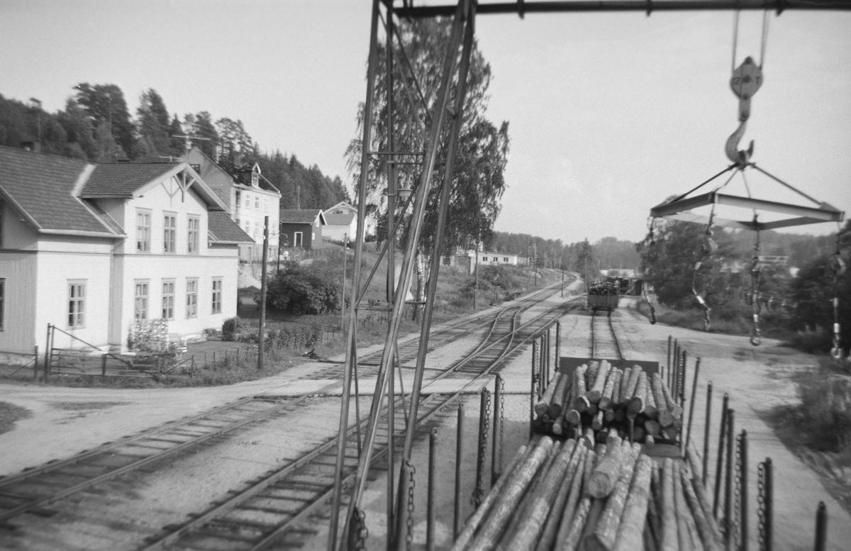 Lasting av tømmer på Krøderen stasjon.
