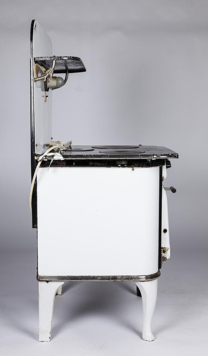Elektrisk komfyr med 4 ben og bakplate med lys og hylle. Tre plater  A: komfyr B og C: Stekeovnsplater, 39x31,5x1,9 cm D: Langpanne, 40x31,8x3,5 cm E: Rist, 38x31,5x1 cm