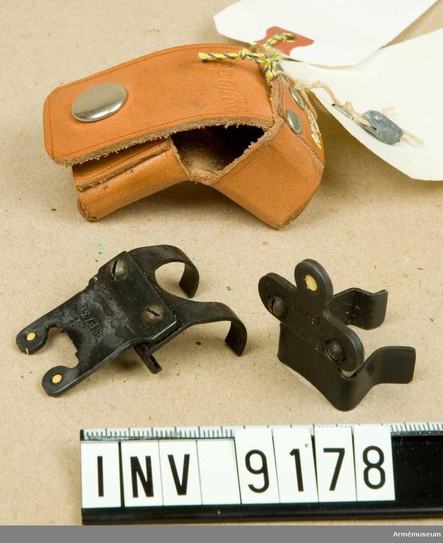 Består av: 1 st fodral av läder, märkt: Ksp m/36, 1 st korn, märkt: KSP/36 KATF-56. 1 st sikte, märkt: KSP/36 KATF-56.Mörkerriktmedel för ksp m/36 (3-punkt). Konstruktör: KATF VaB 1/. Tillverkare: AB Steberco. Blysigill, märkt: AKGF en korna med två svärd i kors.