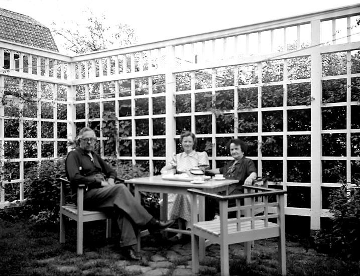 """I trädgården på Helgonabacken, Uddevalla, på 1940-talets slut. """"Gertrud Larsson."""""""