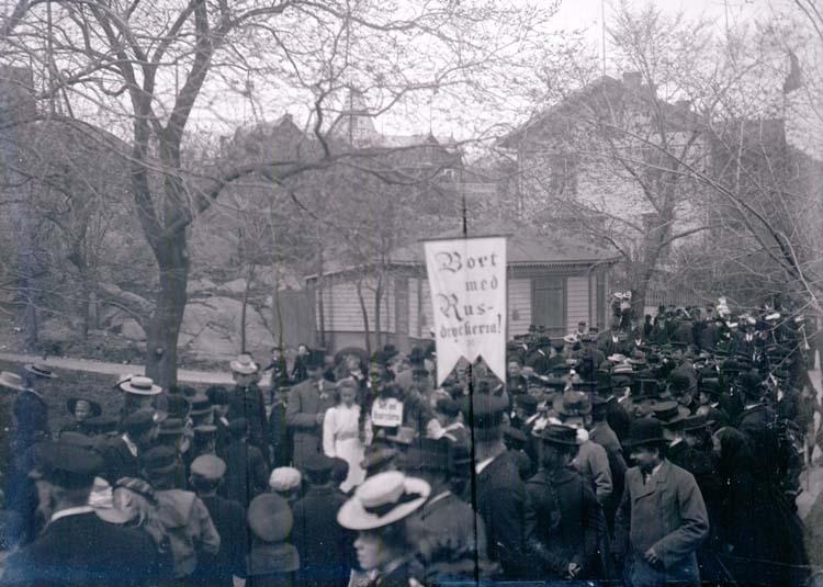 """Enligt text som medföljde bilden: """"Lysekil. Demonstrationståg 8/5 02."""""""