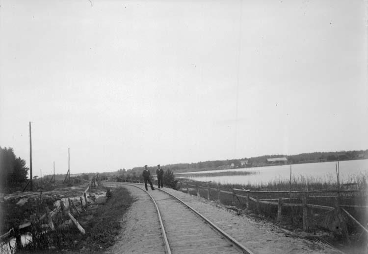 """Enligt text som medföljde bilden: """"Arkösund. Järnvägsbanken 19/8 1900."""""""