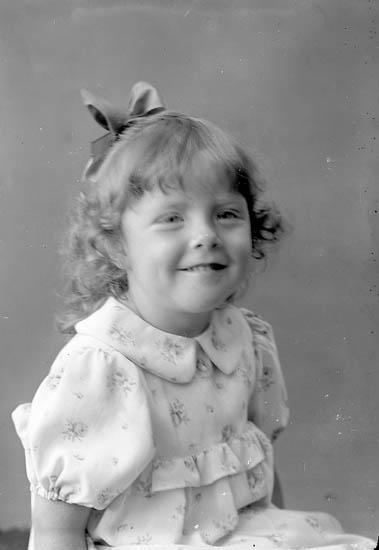 """Enligt fotografens journal nr 6 1930-1943: """"Pettersson, Berit Enebo Ödsmål""""."""