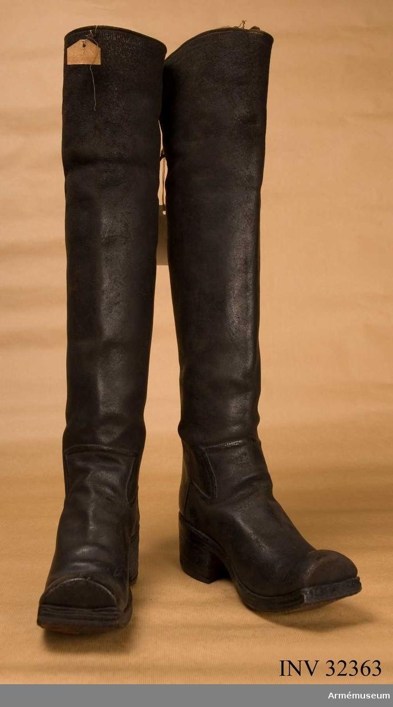 Grupp C I. Ur uniform för Livregementet till häst för det övriga  kavalleriet; 1683-1781. Består av kyller, harnesk, byxa,  kartusch, rem, hatt, bandolär, stövlar, sporrar, sporrkappor,  halsduk, hårprydnad, portepé, gehäng, spänne, rem t karbin.