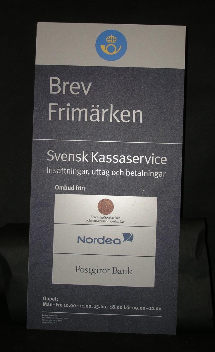 Enkelsidig entréskylt för postombud som endast sålde frimärken, vykort, vadderade kuvert mm och för Svensk Kassaservice. Skylten är avsedd att fästas på vägg.