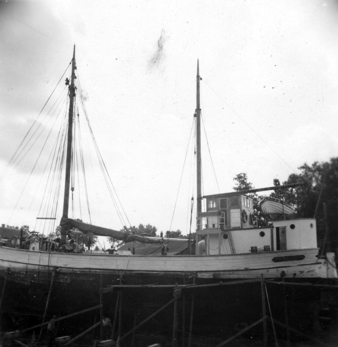 M/S Don Carlos från Säffle i dockan för reparation, akterskeppet, aug 1954.
