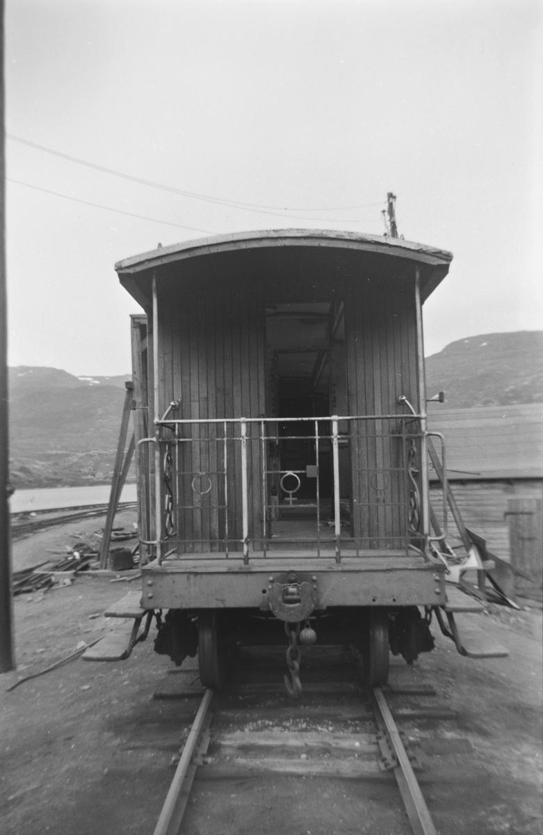 Sulitjelmabanens personvogn BCo 3 på Lomi stasjon