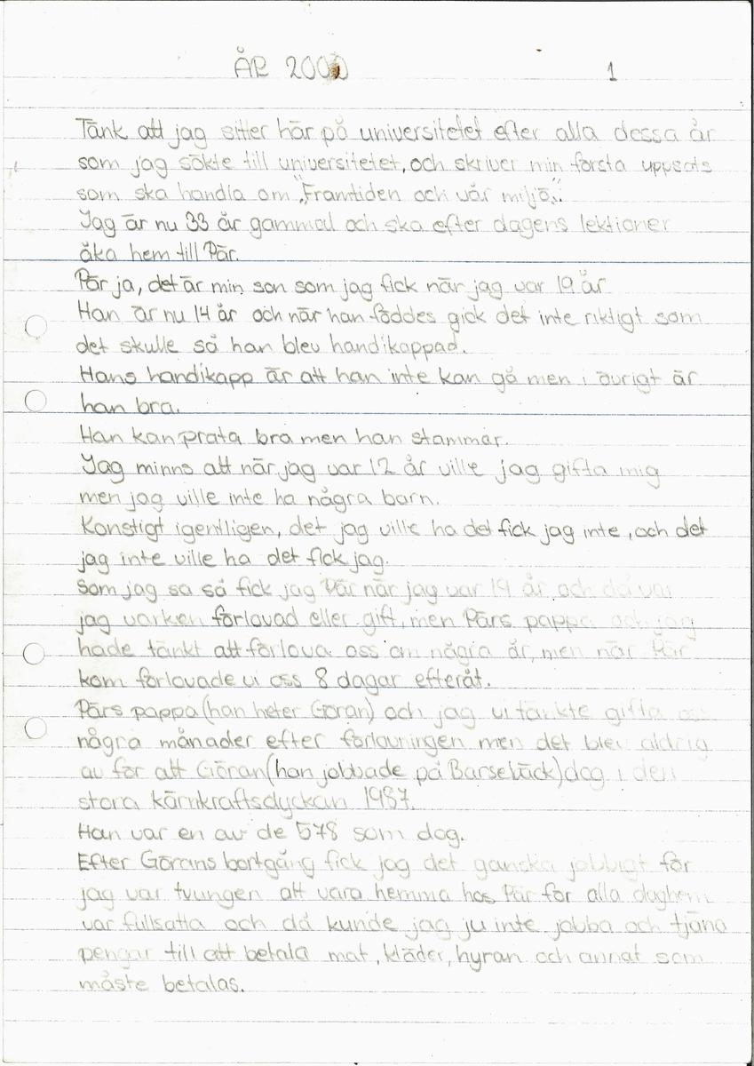 """Uppsats om en framtidsversion om år 2000 skriven 1979.  Framsidan är ett blått papper med en teckning med en regnbåge, en soluppgång bakom ett berg och en strand.   Titeln är """"Tävlingsbidrag till Älvsborgsposten om framtiden och vår miljö"""".Ingår i en samling innehållande 98 st Uppsatser. 103 st Teckningar gjorda av skolbarn, från norra länsdelen.  Från en tävling. ''Framtiden och vår miljö'', annordnad av Älvsborgs-posten i samarbete med Älvsborgs Länsmuseum. Utställning. 19 Dec. 1979."""