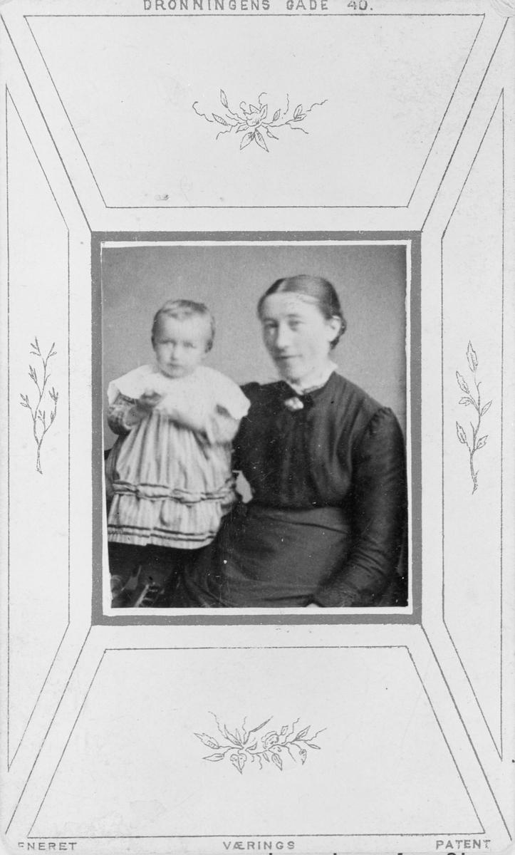 Portrett av Marie Mørk med datter.