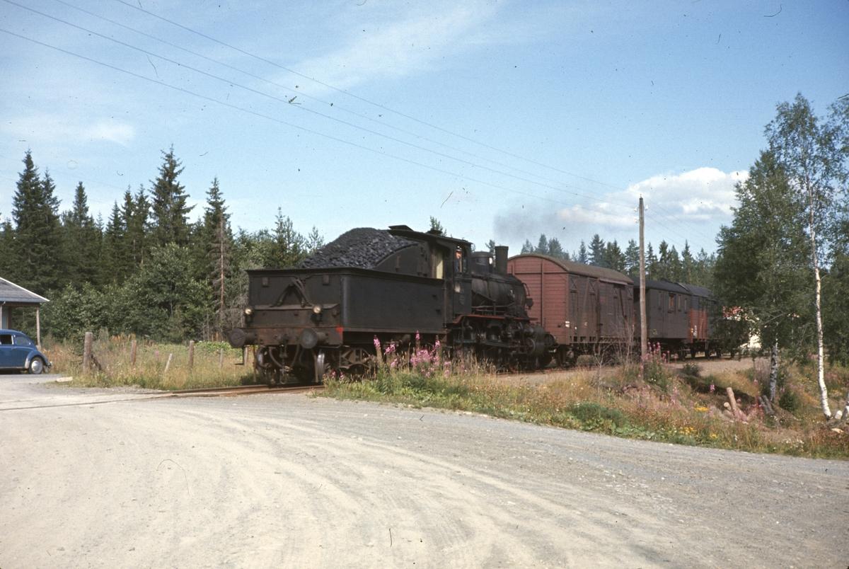 Godstog på Skreiabanen trukket av damplok type 27a nr. 296.