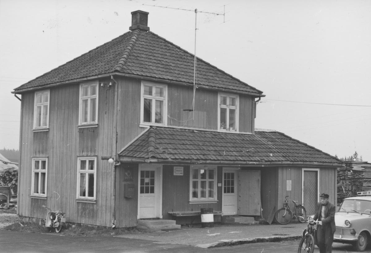 Fra Finstadbru stasjon noen år etter nedleggelsen.