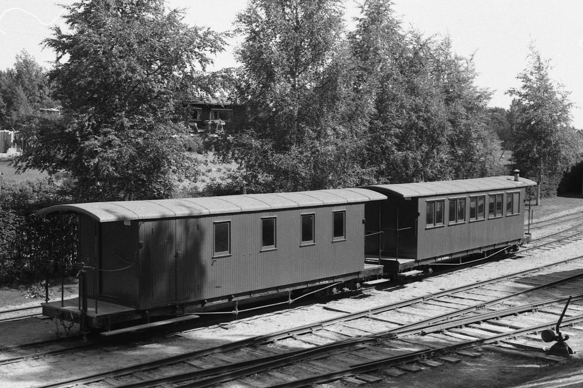 De tidligere UHB og NOB-vognene CFo8 og Co9 på Tertittbanen på Jernbanemuseet på Hamar.