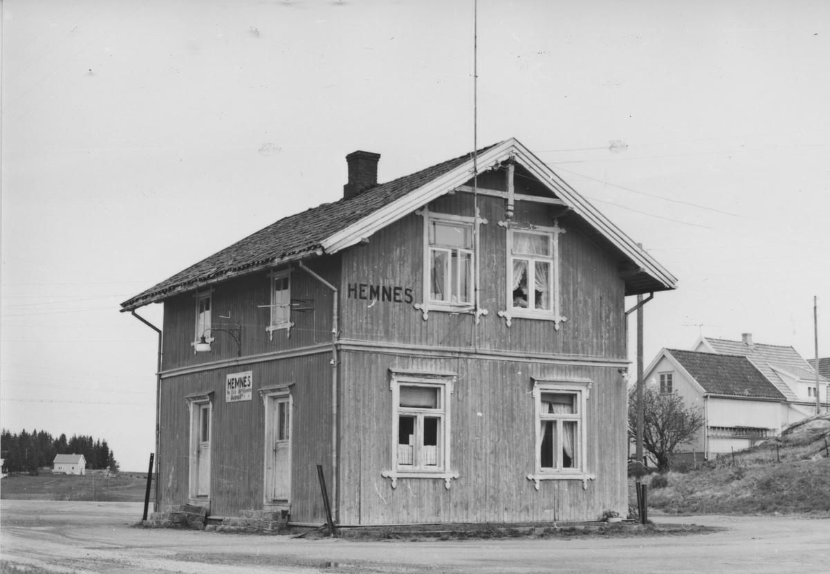 Fra Hemnes stasjon noen år etter nedleggelsen.