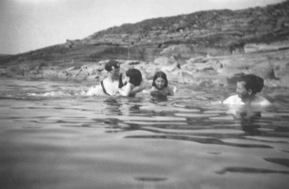 Bading i sjøen på baksiden av Vadsøøya, sommeren 1924. Fra venstre: Gudrun Kulsrud, Solveig Evanger, og Gjertrud Evanger. Helt til høyre ses Mariane Kulsrud, mor til Gudrun