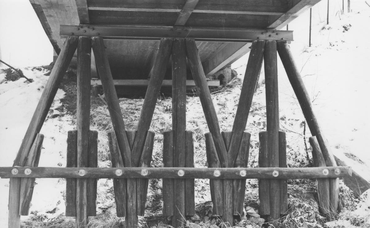 Fundamentet til den gamle riksvegbroen over Urskog-Hølandsbanen ved Fyen. Broen ble revet i 1968.