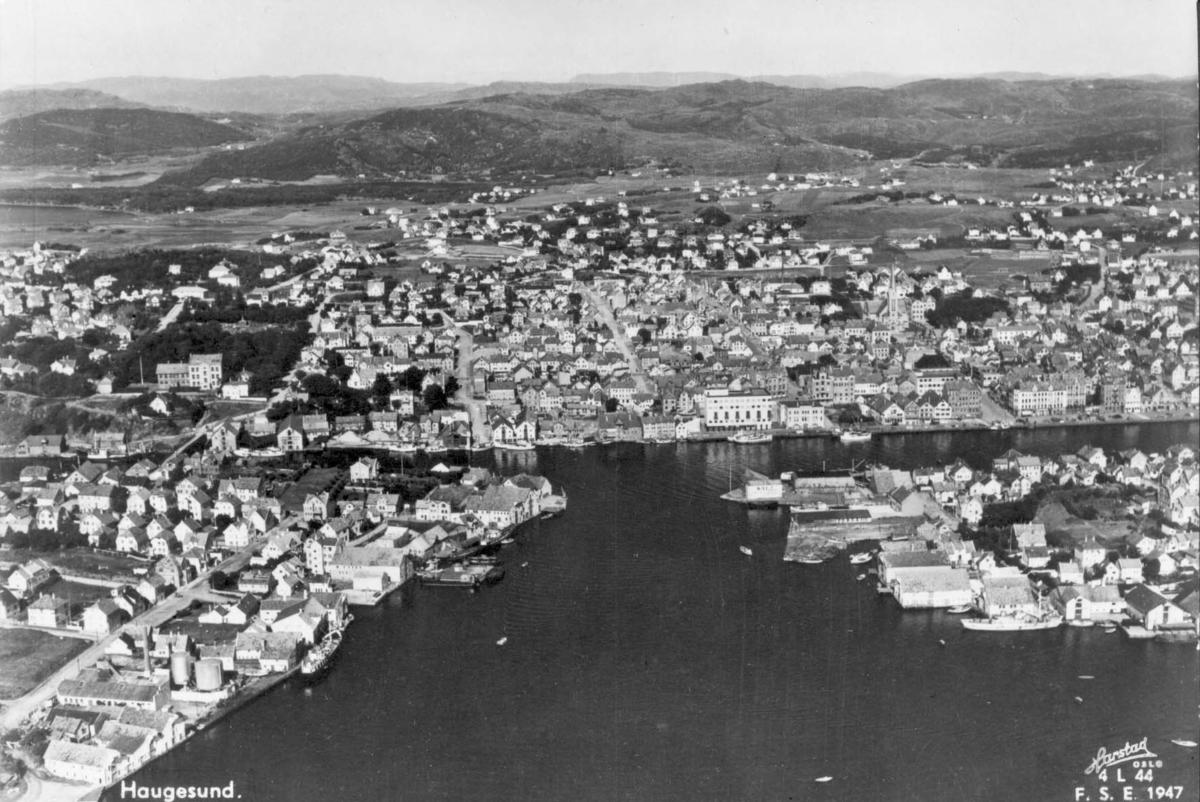 """Utsikt over Haugesund fra vest. """"Krossen"""" i midt i bildet."""
