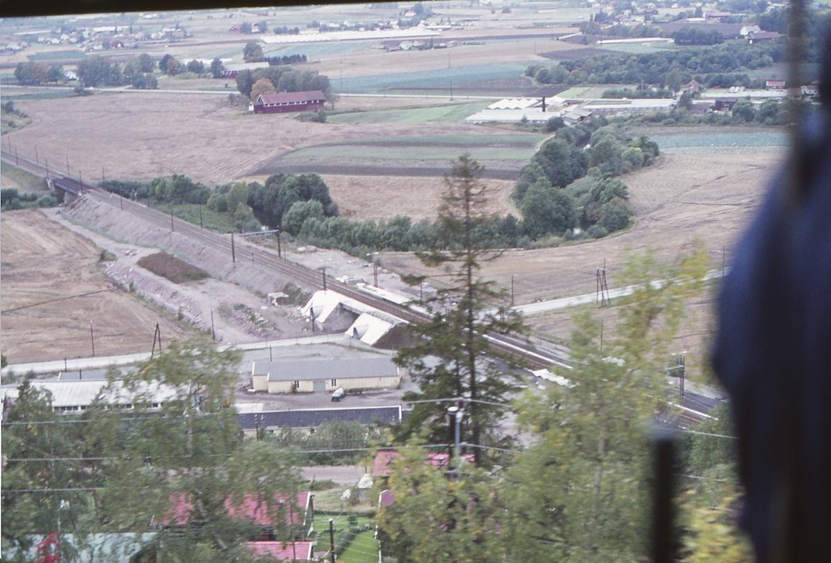 Nye Tuverud holdeplass, senere Lier holdeplass. Sett fra gamle Drammenbanen. Ekstratog for Norsk Jernbaneklubb på den nedlagte delen av Drammenbanen, Spikkestad - Lier.