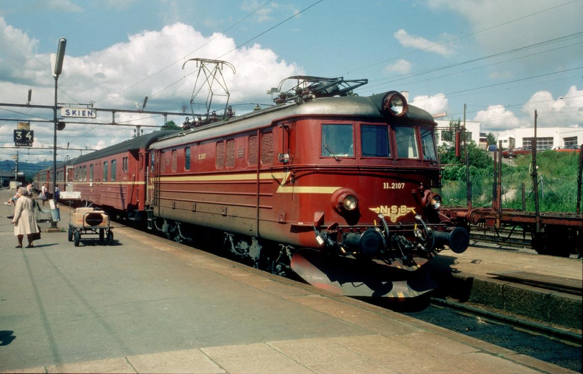 InterCity-tog til Oslo V. NSB elektrisk lokomotiv El 11 2107 og vogner type 3.