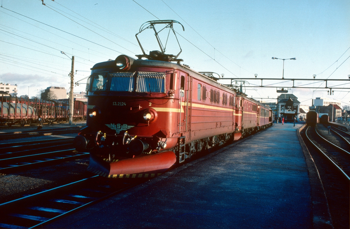 Daghurtigtog 702 i Kristiansand. NSB elektrisk lokomotiv El 13 2124.