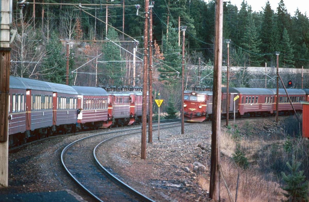 Kryssing mellom togene 702 og 701 i Selåsvatn stasjon.