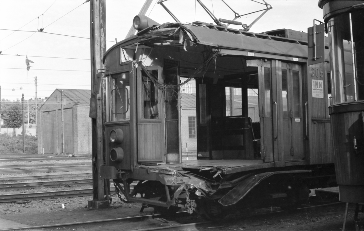 A/S Holmenkolbanen. Vogn 605, type 1951, etter kollisjon med vogn 601 i overkjøringssporet  ved Vettakollen 18.september 1973 kl. 16.23. Verkstedet, Majorstuen.