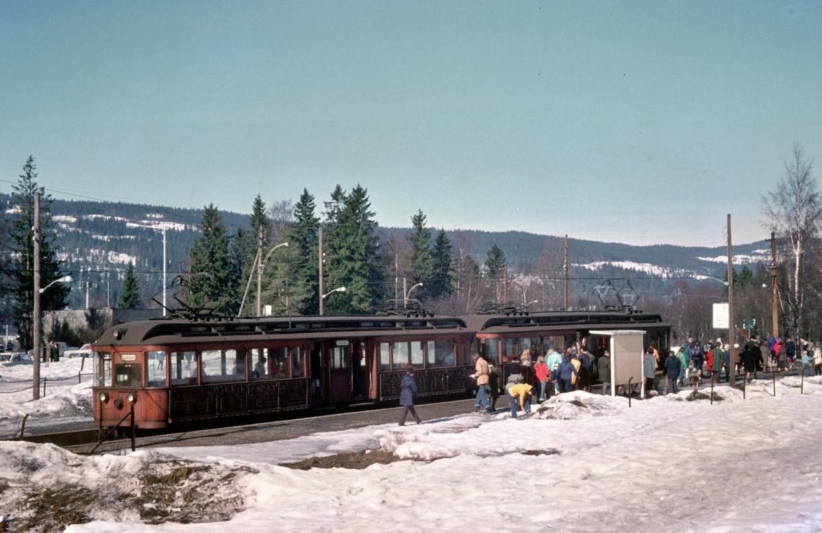 A/S Holmenkolbanen. Sognsvannsbanen. Sognsvatn. Vogn 31 og 37, type 1909 (Skabo, Westinghouse, HKB verksted).