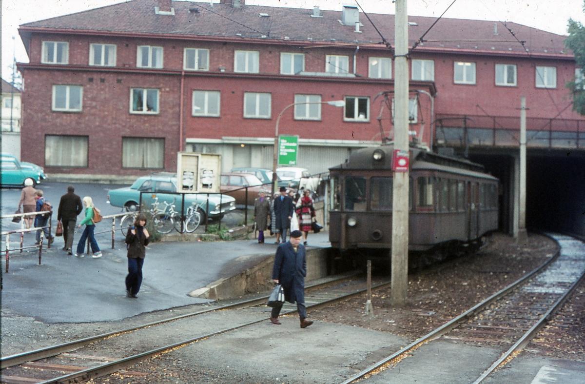 A/S Holmenkolbanen. Oslo Sporveier. Røabanen. Vogn 203, type 1934 (Skabo, NEBB), på vei mot Østerås.