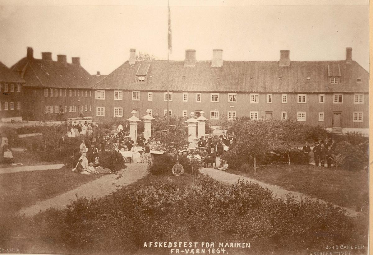 Motiv: Foto av avskjedsfest i Fredriksvern i 1864 - i parkn utenfor sjøkrigsskolen.