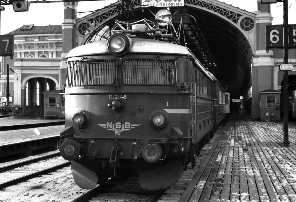 Tog 207 til Gjøvik står klar til avgang på Østbanen. NSB elektrisk lokomotiv El 11 2145.