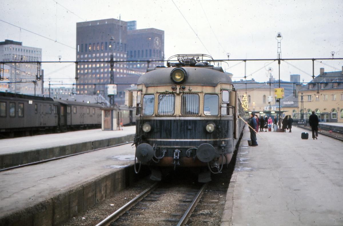 Elektrisk motorvognsett, lyntog, snøggtog, ekspresstog, type 66 på Oslo V. Hurtigtog til Skien.