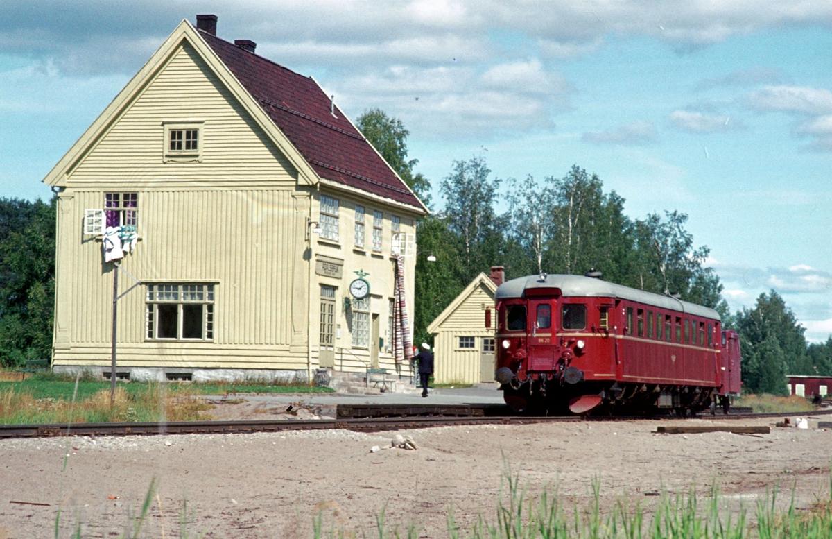 Tog til Hamar stopper på Ådalsbruk holdeplass, tidligere stasjon.