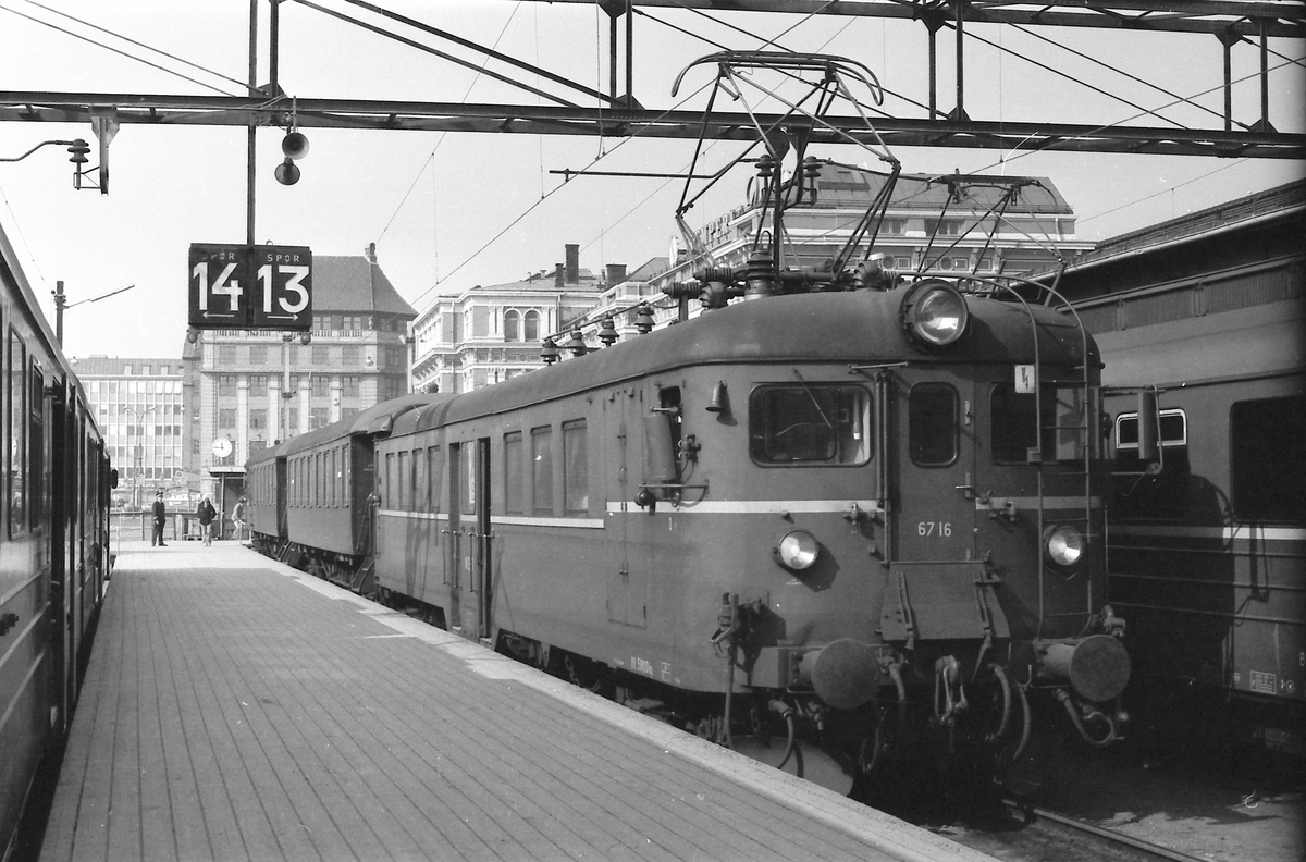 NSB elektrisk motorvogn BM 67 16 på Oslo Ø.